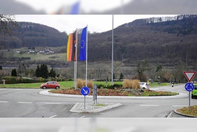 Kreisverkehr besteht Sicherheitscheck - Flaggen dürfen bleiben