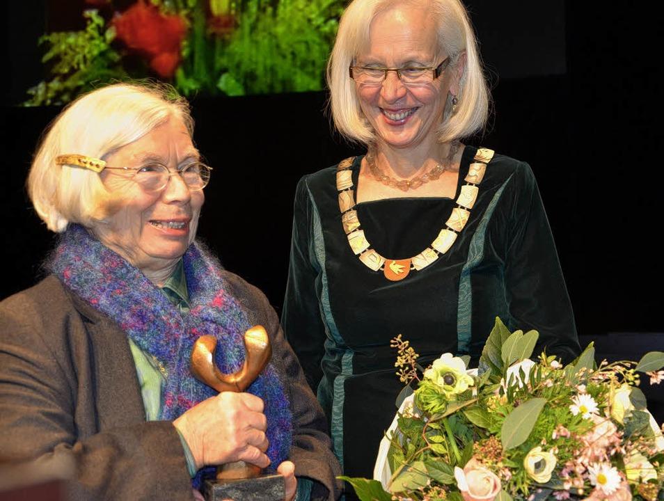 Markus-Pflüger-Preisträgerin Christine...Bildhauer Rudolf Scheurer geschaffen.   | Foto: Barbara Ruda
