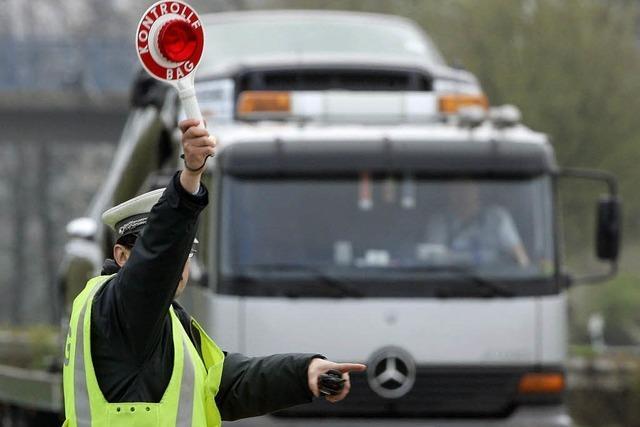 Polizei zieht überladenen Holztransporter aus dem Verkehr