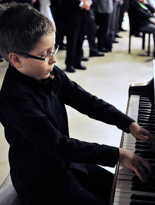 Alles Gute zum neuen Jahr wünschten za...nabe Frederick begeisterte am Klavier.    Foto: Schneider