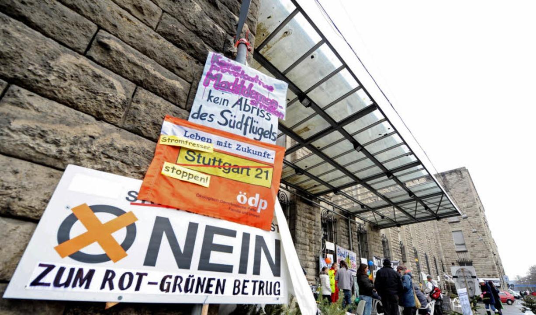 Gegner des Bahnprojekts haben sich vor dem Südflügel postiert.    | Foto: DPA
