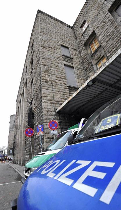 Polizeiautos vor dem Südflügel    Foto: dpa