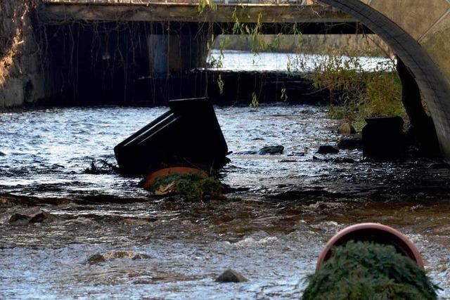 Wie reagiert die Stadt auf illegale Müllentsorgung im Klemmbach?