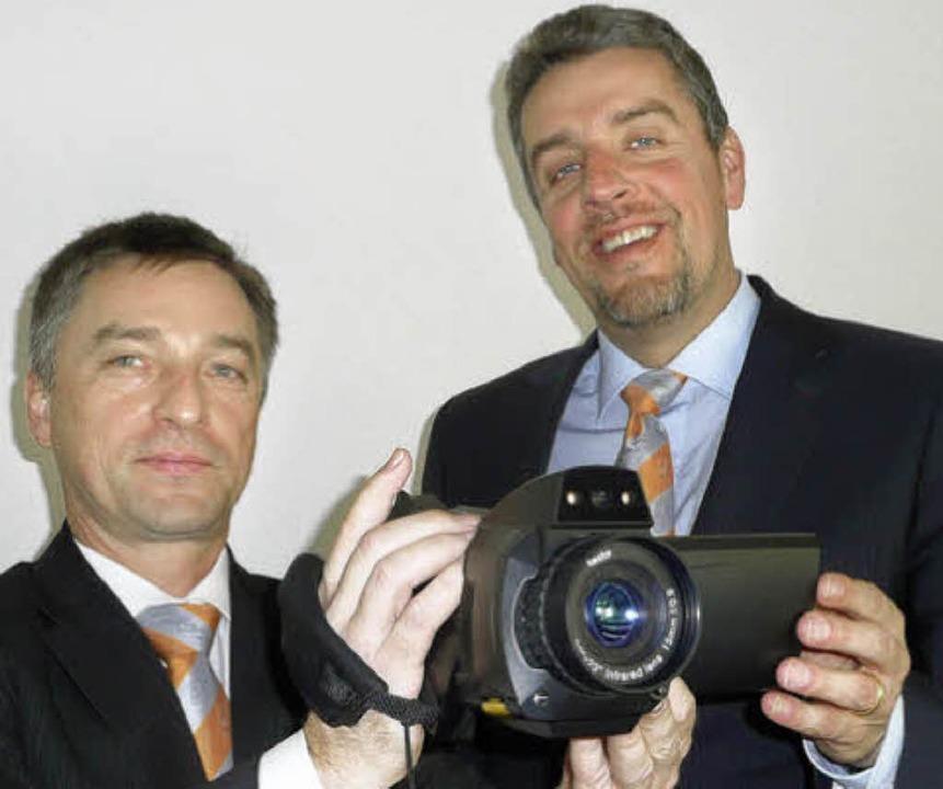Testo-Chef Burkart Knospe und Vorstand...t einer der neusten Wärmebildkameras.   | Foto: Peter Stellmach