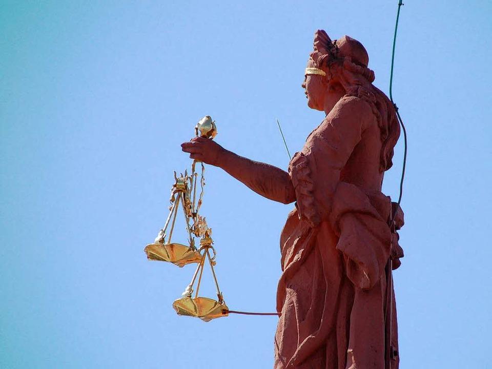 Die Justitia auf dem Offenburger Rathaus.  | Foto: Helmut Seller