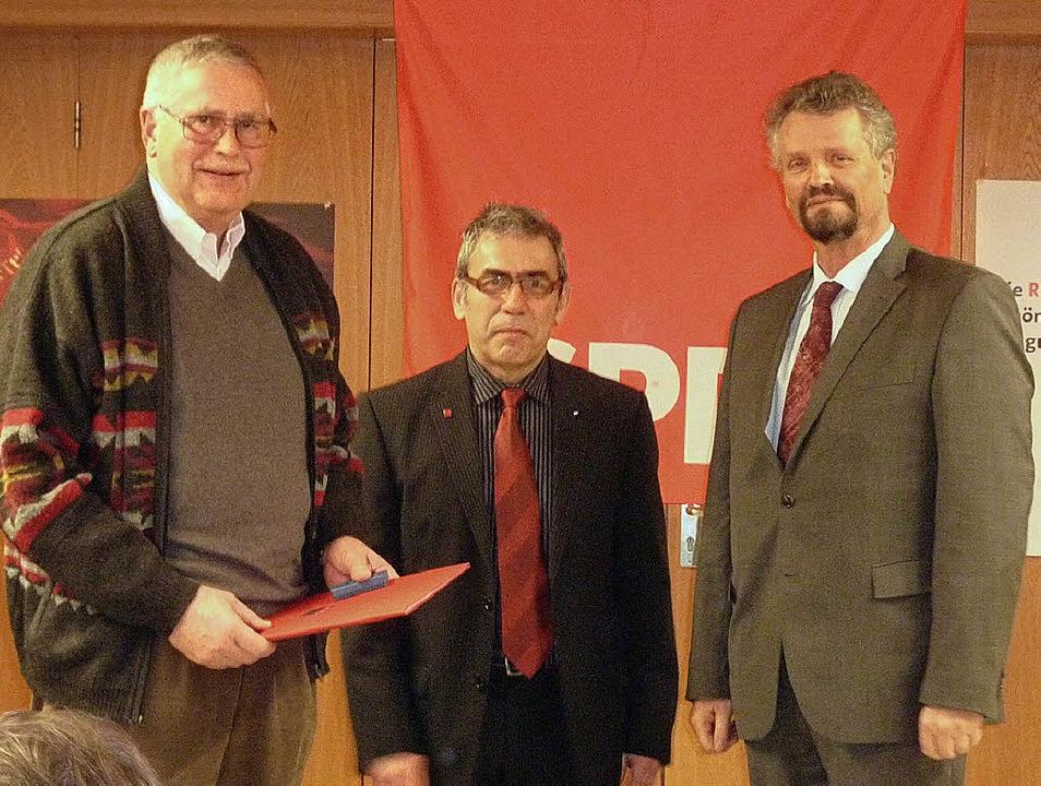 Horst Steenbock (von links) wird beim ...stagsabgeordnete Gernot Erler geehrt.   | Foto: privat