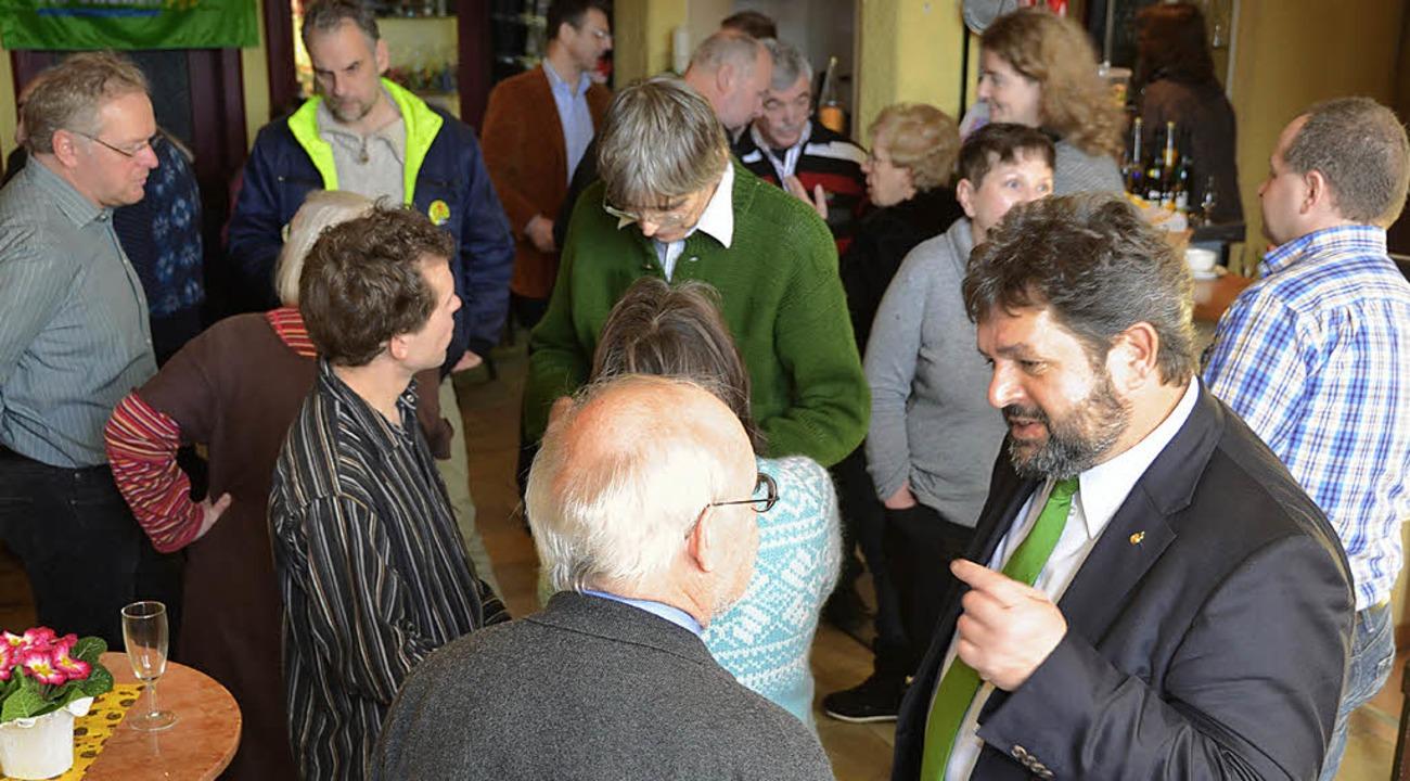 Mitglieder, Mandatsträger und Gäste de...d Pix (vorne) ins Gespräch zu kommen.   | Foto: Sebastian Barthmes