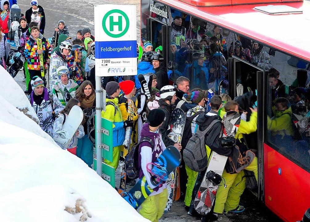 Trotz zusätzlicher Fahrzeuge  ist der Run auf die Busse enorm.  | Foto: Thomas Kunz