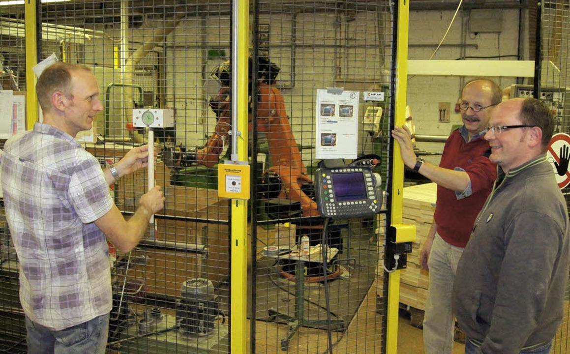 Know-how-Transfer vor dem Roboter.  Pe...Oberprechtal (von links nach rechts).   | Foto: Roland Gutjahr