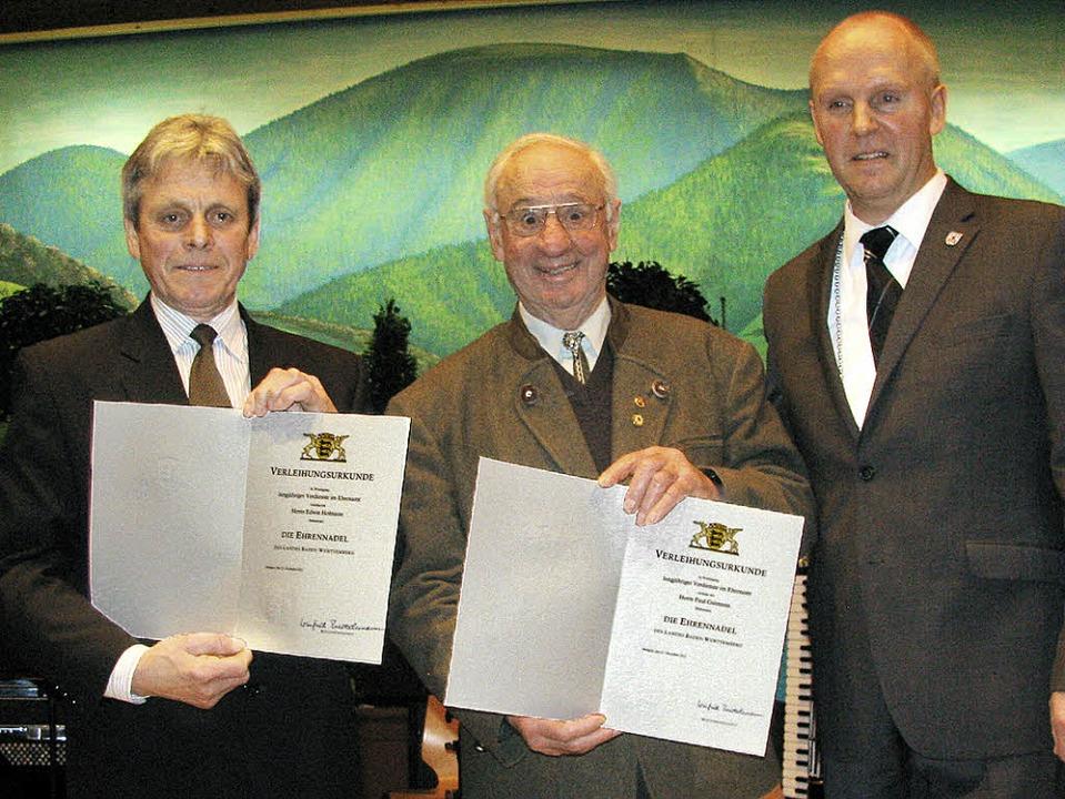 Die Ehrennadel des Landes Baden-Württe...amtliches Engagement in der Gemeinde.   | Foto: Manfred Lange