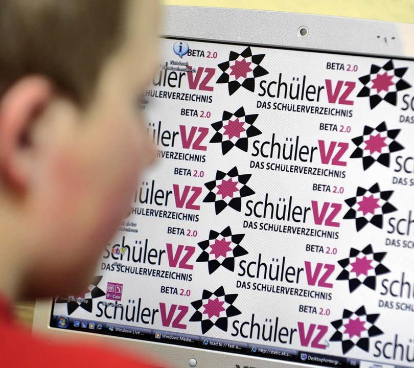 Welche Rolle spielen neue Medien in de...gramm der VHS Nördlicher Kaiserstuhl.   | Foto: DPA