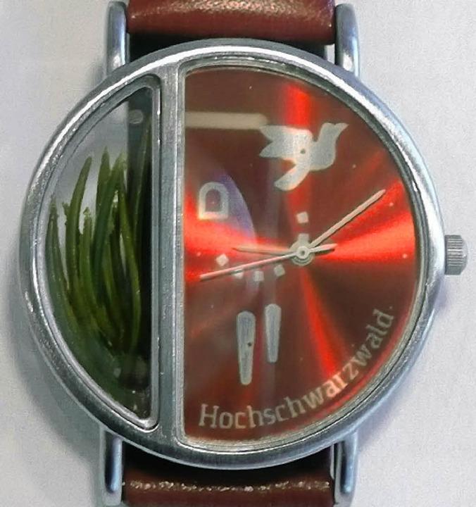 Tannennadeln trägt man mit dieser Armbanduhr  mit sich.    | Foto: peter Stellmach