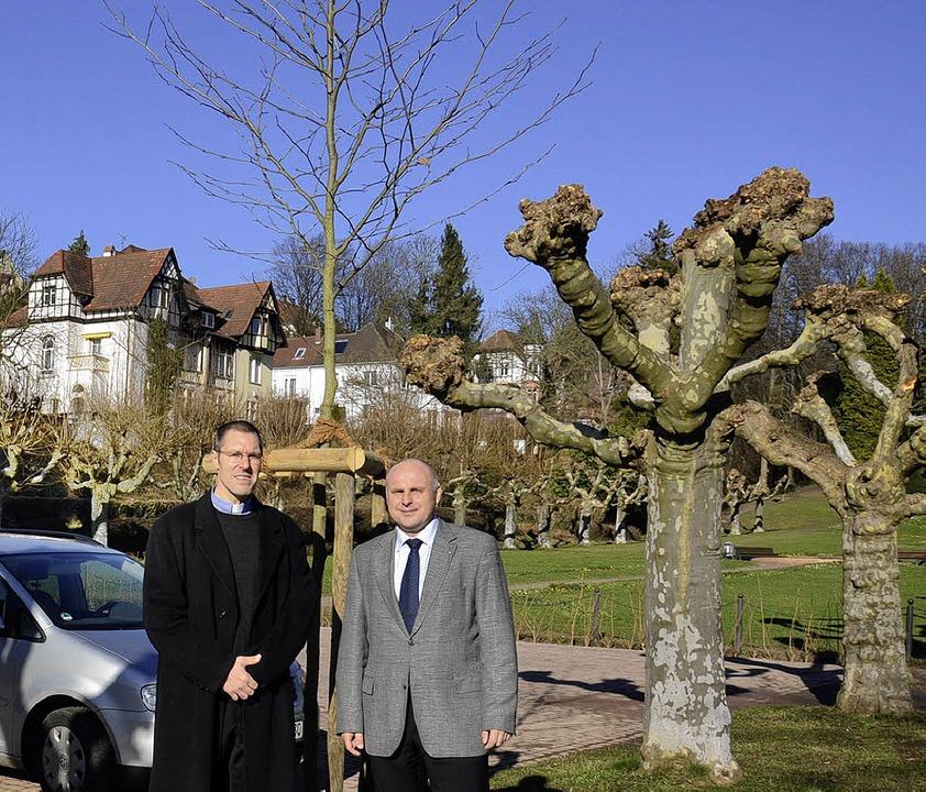 Ersatz: Pfarrer Joel Fortmann und OB S...ger Zeit  gepflanzten Platane (Mitte).    Foto: Dieter Erggelet