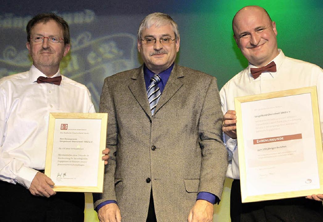 Hans-Peter Hartung (Mitte), Präsident ...im Oberrotweiler Sängerbund aktiv ist.    Foto: Benjamin Bohn
