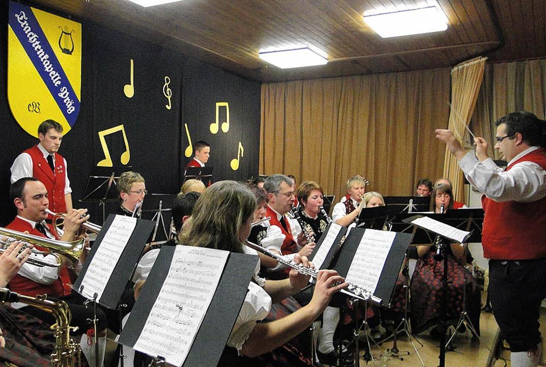 Voll ins Schwarze getroffen: Dirigent ...m Debüt mit der  Trachtenkapelle Präg     Foto: fotos: veronika frank