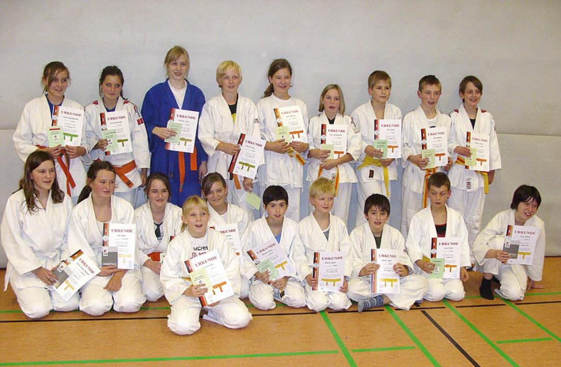 Freuen sich nach bestandener Prüfung a...9 Mitglieder der TSG-Judokaabteilung.     Foto: Privat