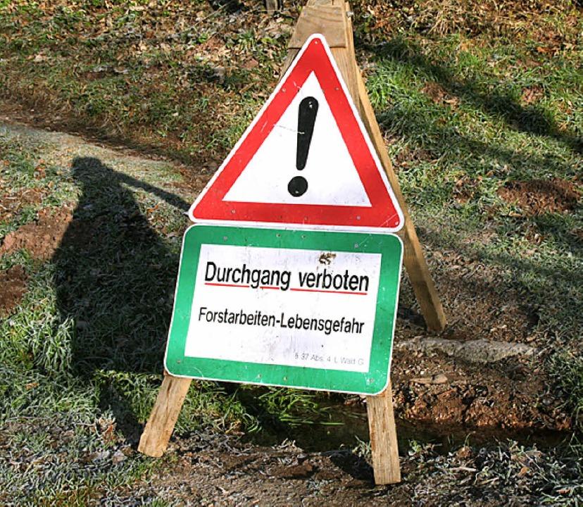 Schilder im Wald müssen beachtet werden.  | Foto: Marlies Jung-Knoblich