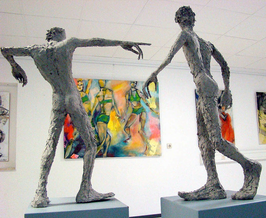 Im Vordergrund Pappmaché-Figuren von A... Hintergrund Malerei von Ellen Vetter     Foto: Susanne Ramm-Weber