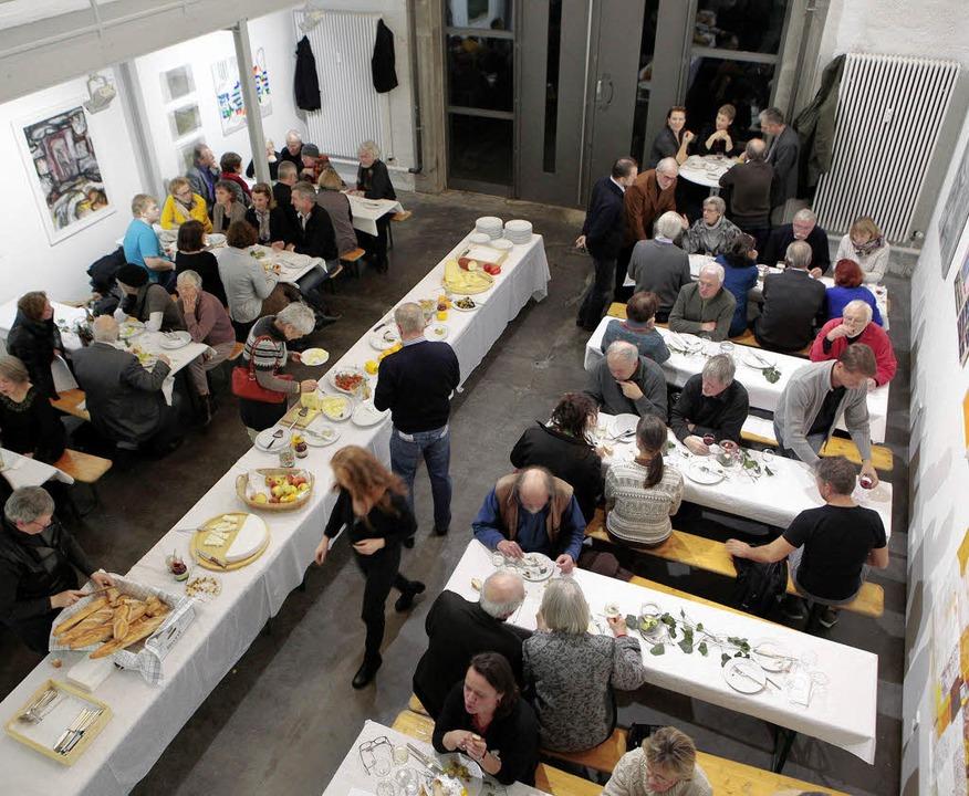 Besucher genossen die Kunst und das großzügig bestückte Buffet.   | Foto: Ch.  Breithaupt