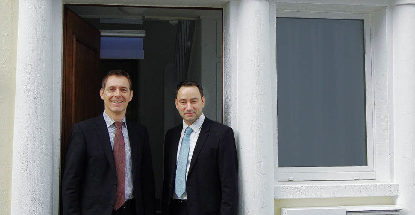 Bürgermeister Jörg Lutz (links) mit Ja...r am Seiteneingang des Hotels Villetta  | Foto: Heinz Vollmar