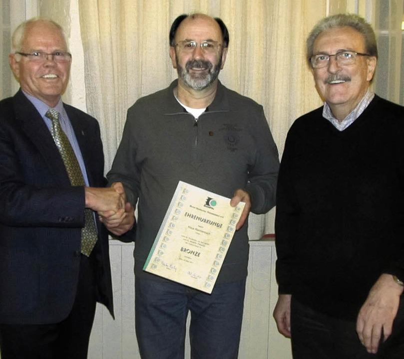 Ehrung für Klaus Reichenbach durch den...Vorsitzenden Ewald Kunzelmann (rechts)    Foto: Albert Greiner