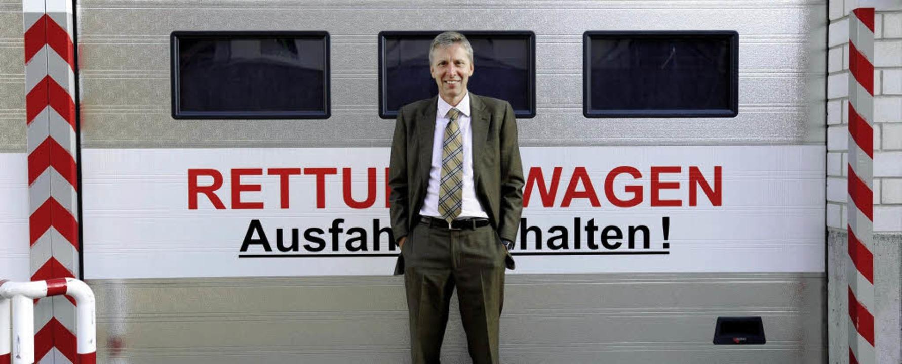 DRK-Kreisverbandsgeschäftsführer Wolfg...ttungsfahrzeugen an der Dunantstraße.     Foto: Schneider