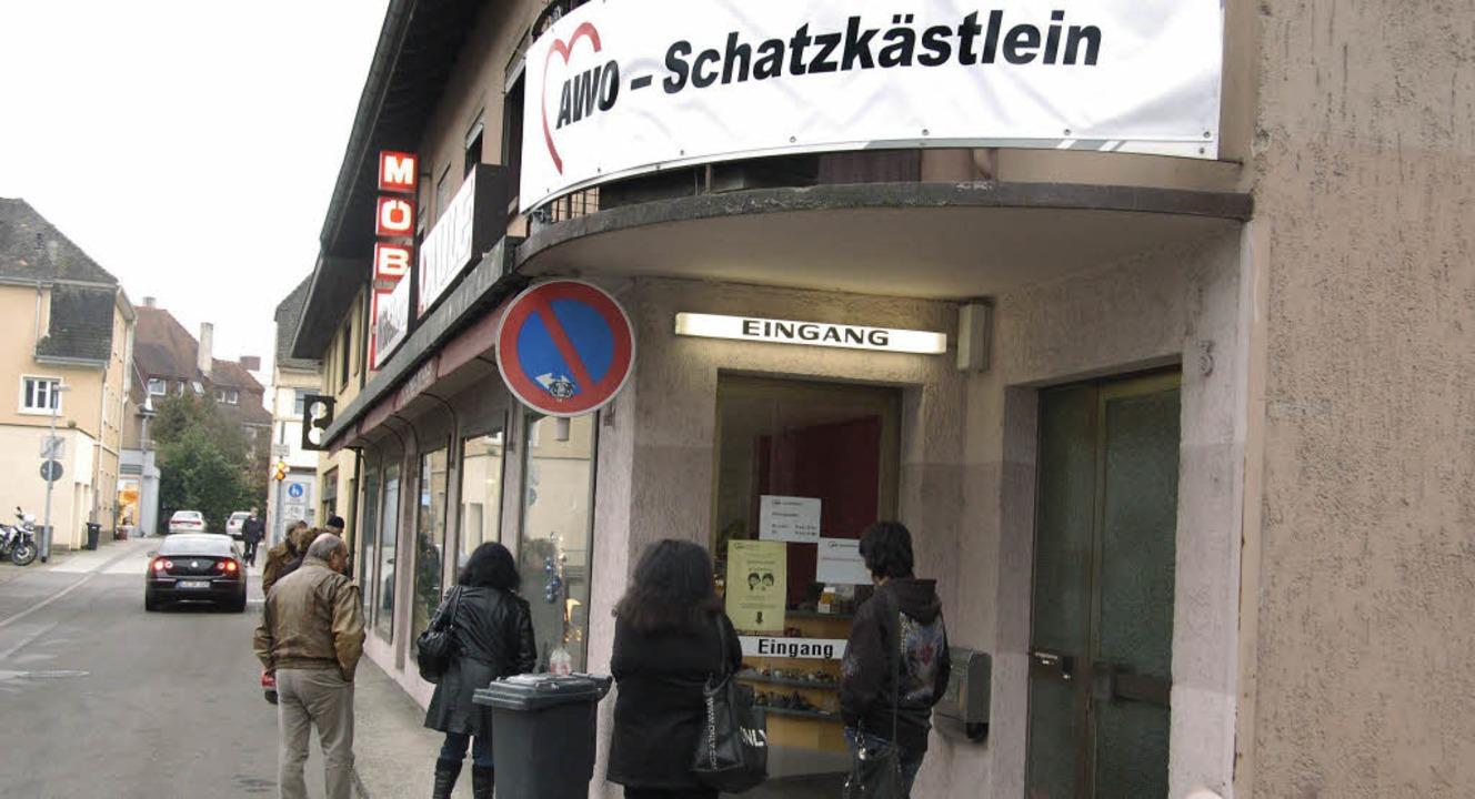 Gut angenommen wird das Gebrauchtwagen... fair gehandelte Waren zu kaufen gibt.  | Foto: Ingrid Böhm-Jacob