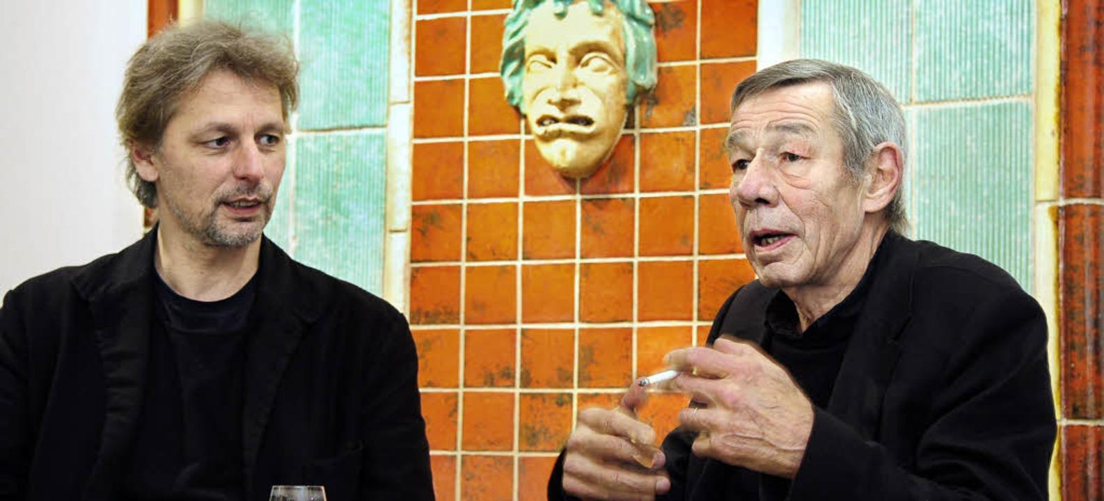 Der Reiz des Fragmentarischen und die ...d (links) und Peter Urban im Gespräch   | Foto: thomas kunz