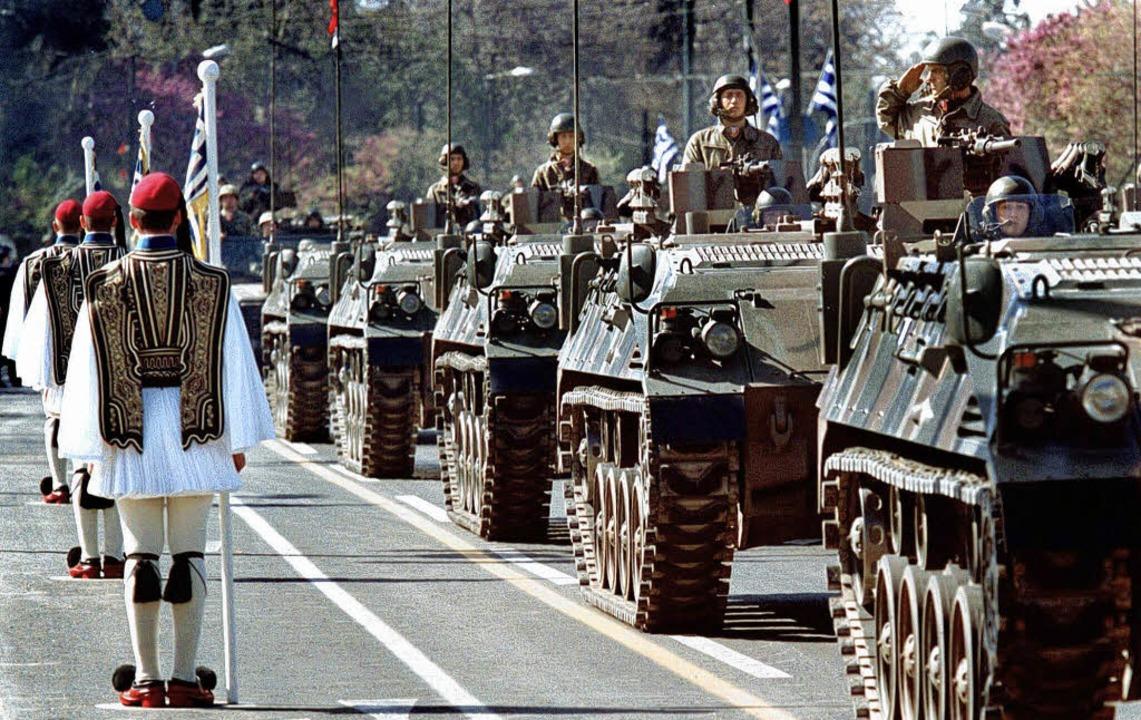 Für Panzer  steht in Griechenland Geld zur Verfügung.   | Foto: DPA