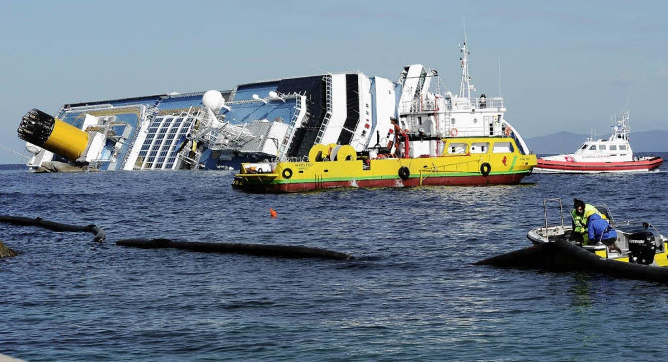 Rund um das Schiffswrack der Costa Con...ögliche Ölverschmutzung zu verhindern.  | Foto: AFP