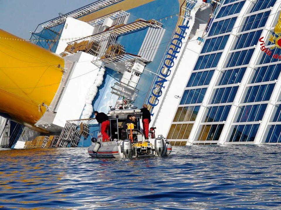 Hilflos versinkt der Unglückskreuzer Concordia in den Fluten.  | Foto: dpa