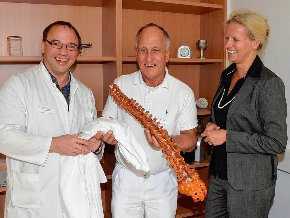 Einen  Ärztekittel überreichte  der  Ä...an   Dr. Dietmar Salger zur Begrüßung.  | Foto: Gerold Zink