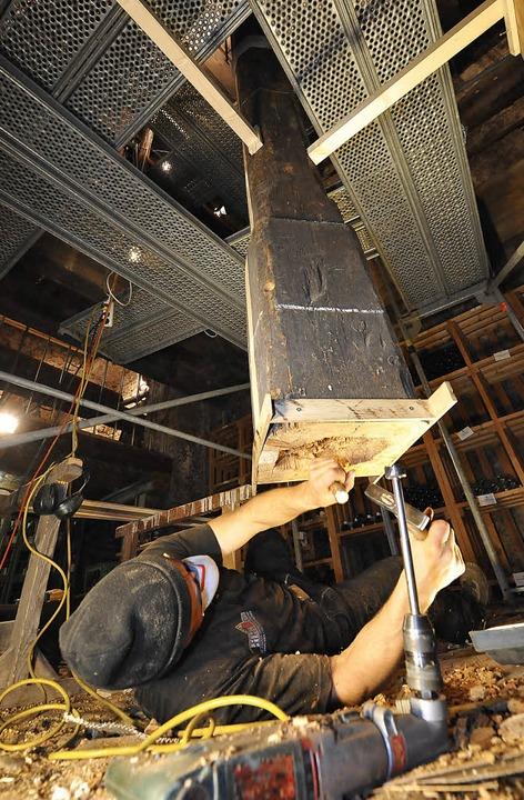 Der Fuß der gotischen Holzsäule im &#8... wird durch einen Steinsockel ersetzt.  | Foto: michael bamberger