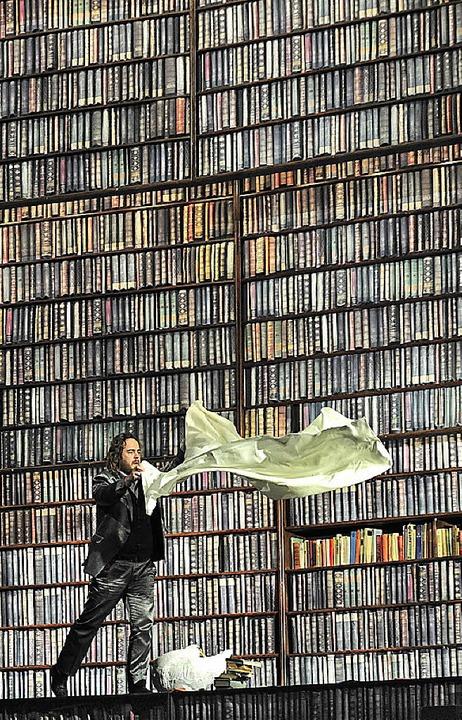 Lohengrin (Christian Voigt) und die Bücher  | Foto: Korbel/PRO