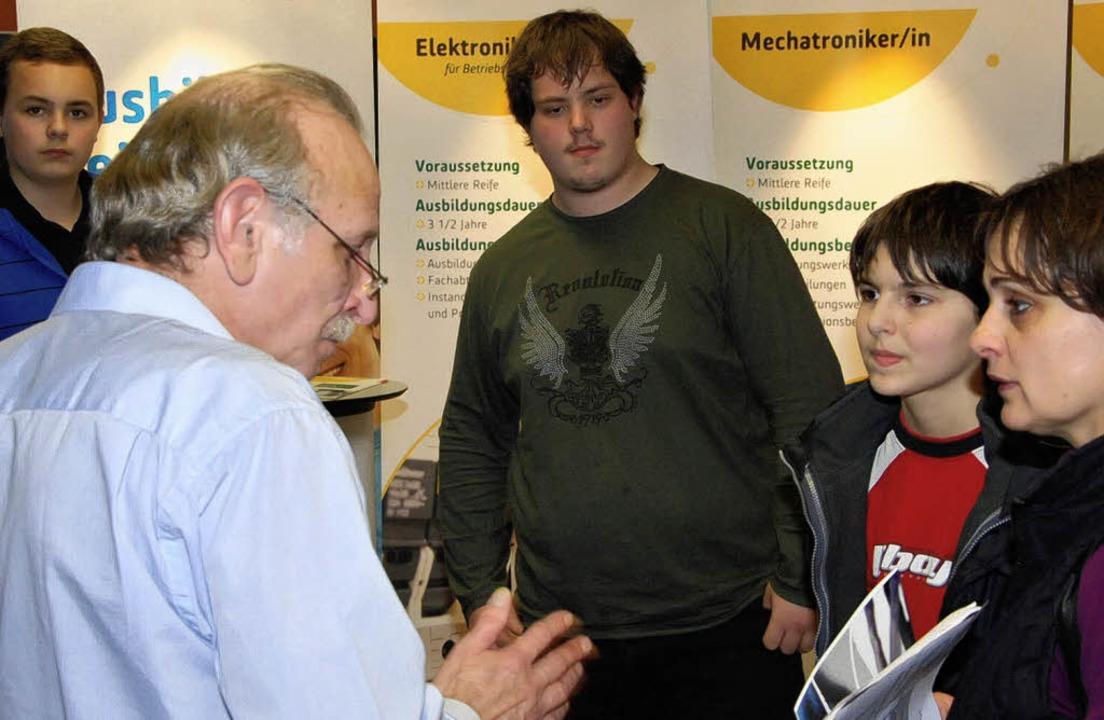 Viel Interesse fand die von der Hugo-Höfler-Schule organisierte Berufsberatung.  | Foto: hans-jochen voigt