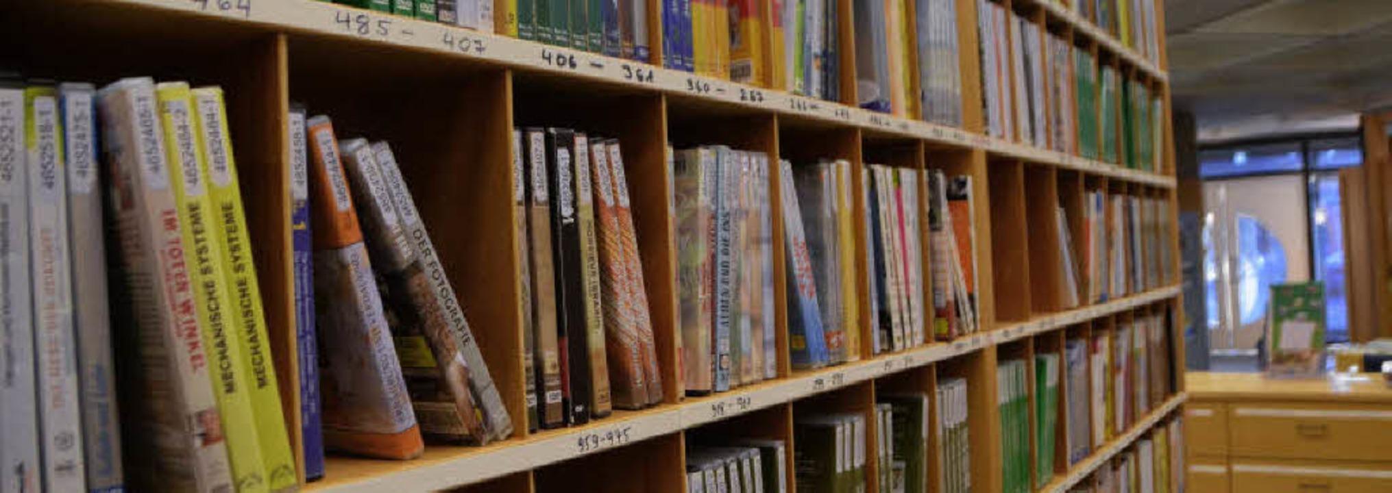 Ein Regal mit vielen  DVDs: 18000 Lize...lfilme stehen im Archiv zur Verfügung.  | Foto: Yvonne Weik