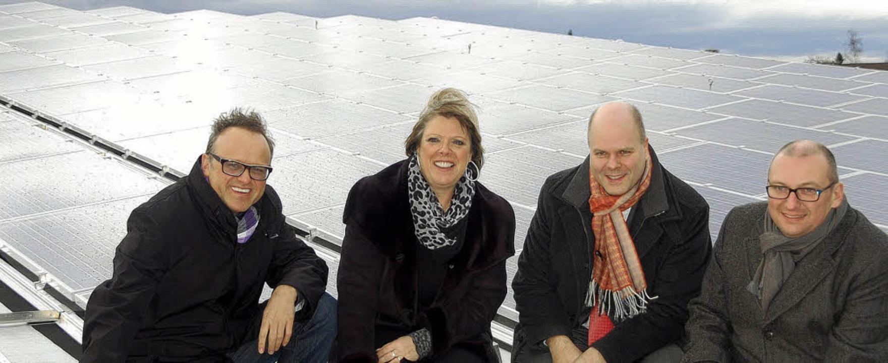 Gruppenbild vor der neuen,  größten So...le, Jürgen Louis und Matthias Kappis.   | Foto: Jörg Schimanski