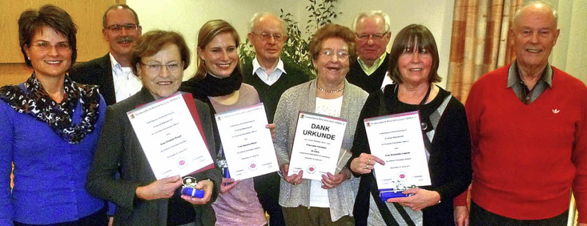Insgesamt 970 Jahre Treue: Ina Heidema...ler, Brunhilde Feder und Walter Lenz.   | Foto: Claudia Gempp