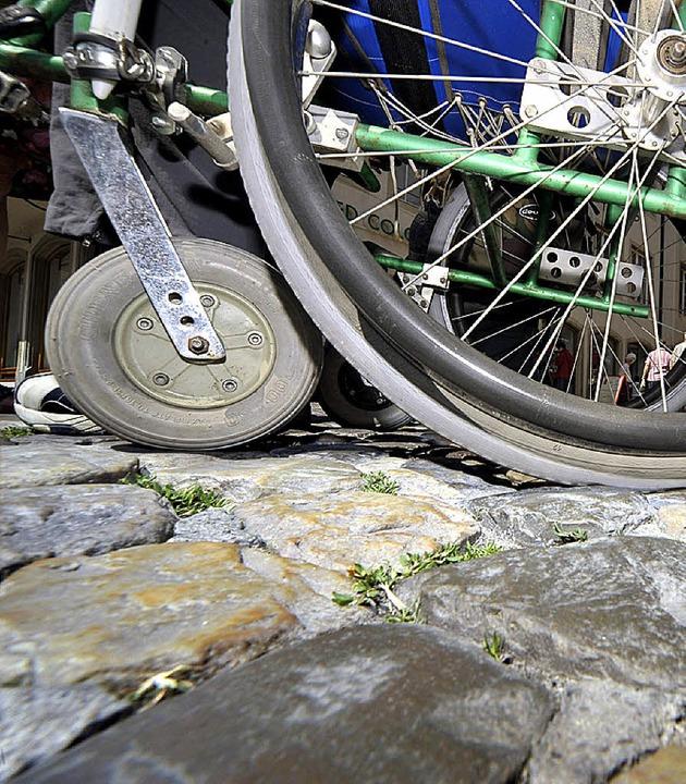 Kopfsteinpflaster ist für viele Rollstuhlfahrer ein Hindernis.   | Foto: Kunz