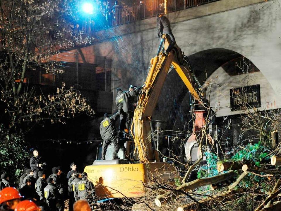 In der Nacht zu Sonntag fällten Arbeit...wurde von der Polizei heruntergeholt    | Foto: DPA