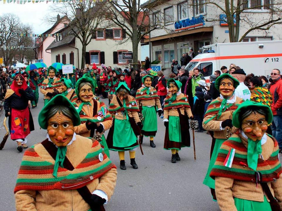 Aus Freiburg waren die Mooswaldwiibli ... der Gottenheimer Krutstorze gekommen.  | Foto: Mario Schöneberg