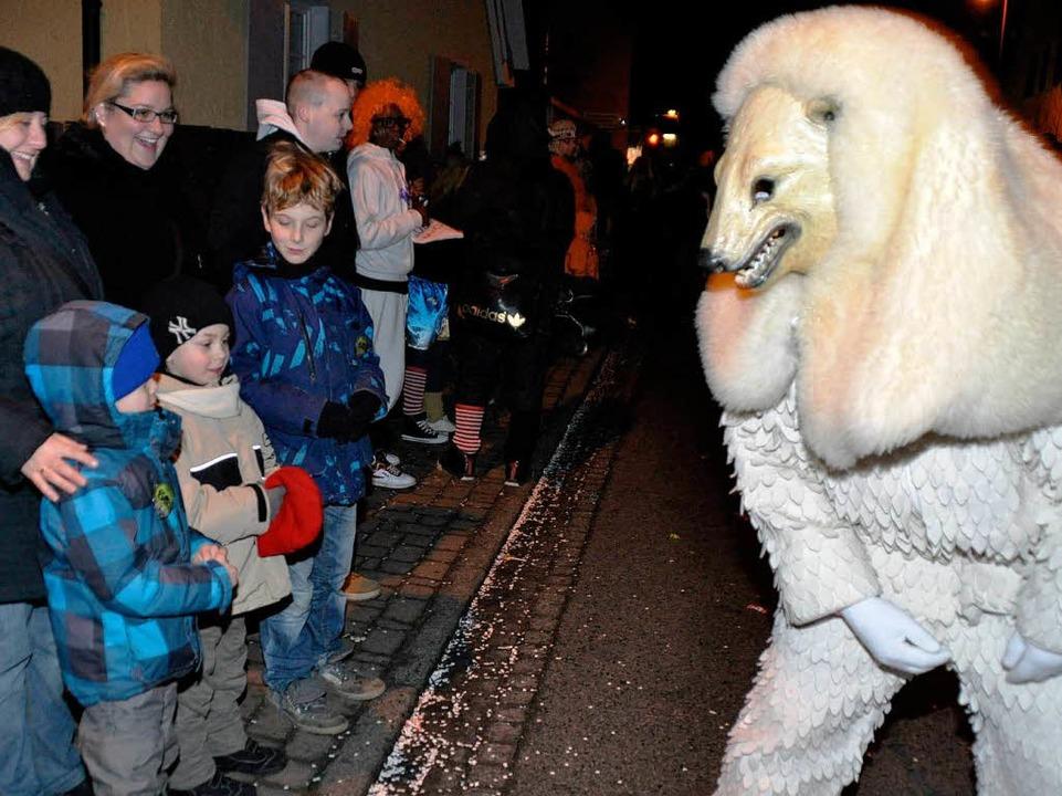 Keine Angst vor großen Eisbären haben die kleinen Zuschauer.  | Foto: Julius Steckmeister