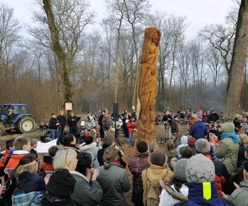 Mit Applaus bedachten die Opfinger ihre neue Holzskulptur im Wald.  | Foto: Rita Eggstein