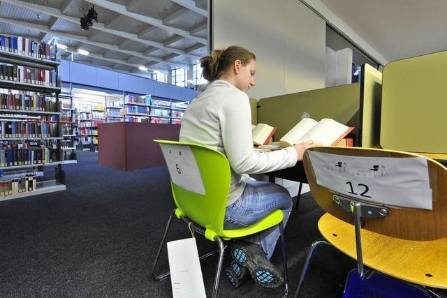Probesitzen: Studierende testen Stühle für neue UB