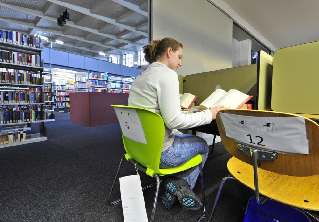 Fabienne Brucher testet beim Lernen schon mal Stühle in der Unibibliothek.   | Foto: Michael Bamberger