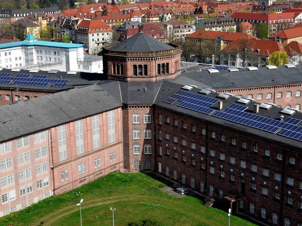 Die JVA Freiburg – links im Bild... die Sicherungsverwahrung vorgesehen.   | Foto: dpa