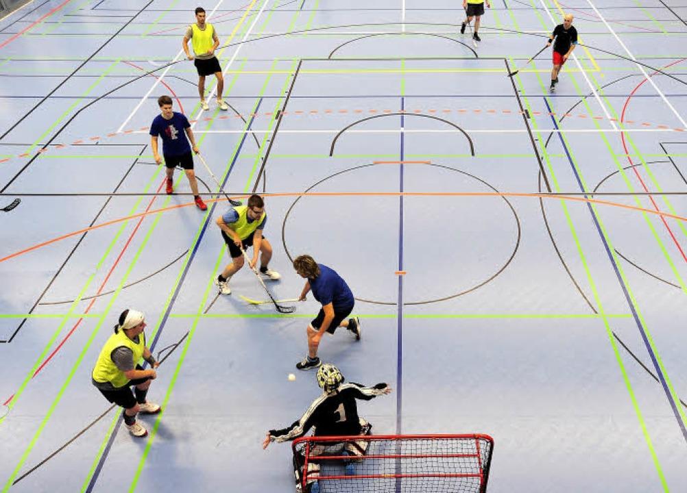Immer dienstags trainiert die Floorballtruppe in der Angell-Sporthalle.    Foto: Ingo Schneider
