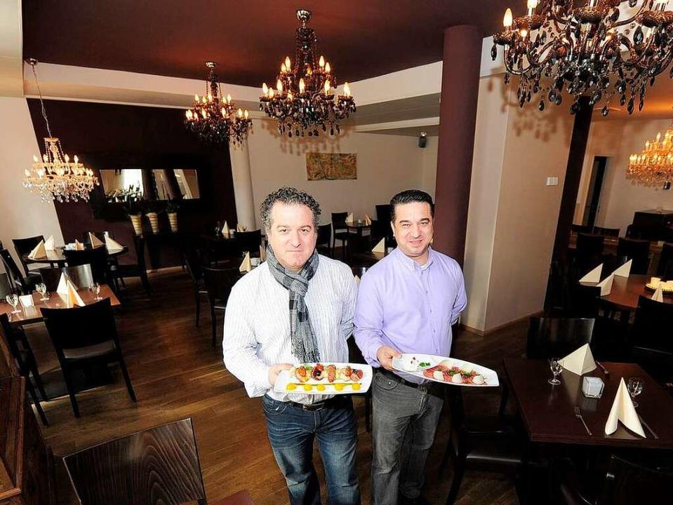 Auch die Optik stimmt: Donato (links) ...dessen, was ihre Küche zu bieten hat.   | Foto: Ingo Schneider