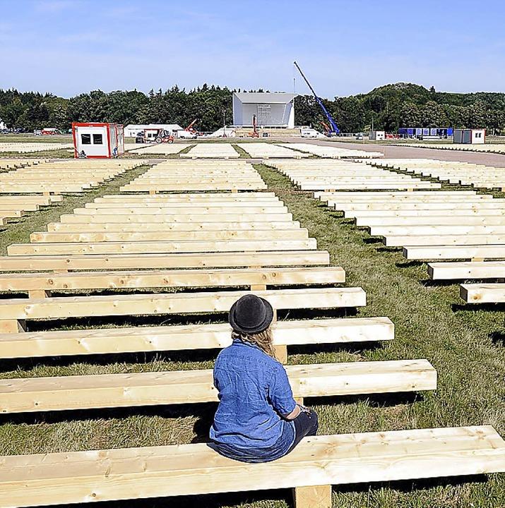 5000 Papstbänke standen auf dem Flugplatz. An Aschermittwoch endet der Verkauf.     Foto: Ingo Schneider