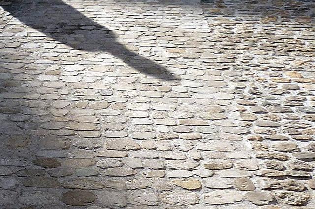 Kopfsteinpflaster am Münsterplatz wird geglättet